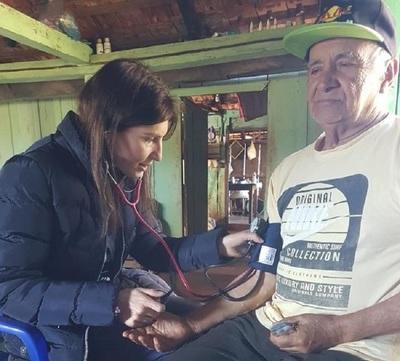 Adultos mayores aprenden a disfrutar de su vejez cuidados por las USF