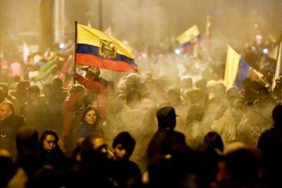 Ecuador queda herido por su peor crisis en décadas de gobierno