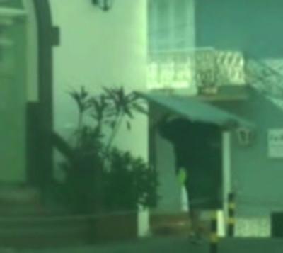 Siguió a un ladrón que cargaba una puerta hurtada