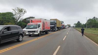 Tomateros cierran Ruta 2 en protesta contra el contrabando