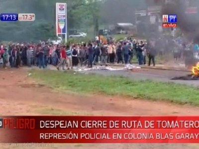 Policía reprime a manifestantes y libera paso tras cierre de ruta