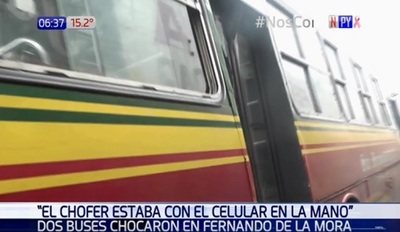 Chofer de bus choca mientras chateada, según pasajeros