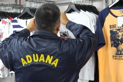Realizan allanamientos simultáneos en locales comerciales de ropa por evasión al fisco
