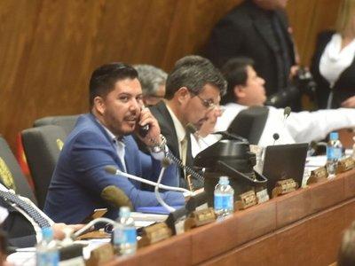 Carlos Portillo llega tarde a sesión y con guardias tras salvarse de la destitución