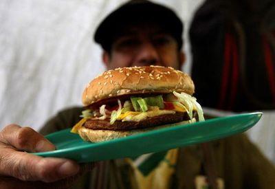 América tira millones de toneladas de alimentos mientras crece el hambre