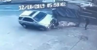 Joven tomado arrasa parada de buses con el auto de su jefe