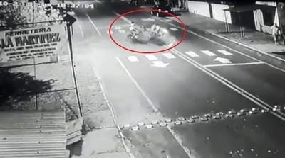 Impactante choque frontal de motos deja dos muertos