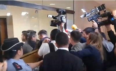 Portillo llega tarde y sus guardias agreden a periodistas