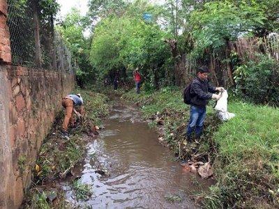 Villarrica: Jóvenes limpiaron el arroyo Carumbey