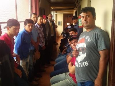 Asisten a productores de tomates que fueron detenidos durante manifestación