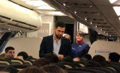 Joselo Rodriguez escrachado en un avión camino a Paraguay