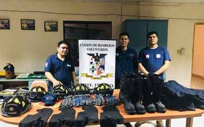 Donan equipos para combate contra incendios a bomberos de Franco