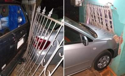 Retrocedió por equivocación, chocó un auto y echó pared del vecino