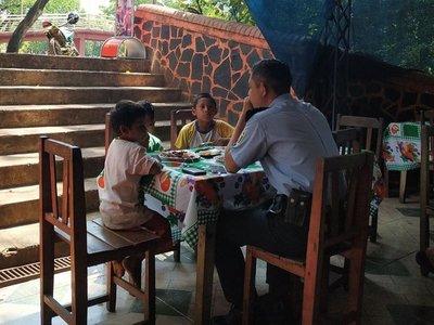 Policía invitó el almuerzo a tres niños