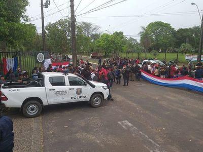 Manifestantes de Ayolas van cuarto intermedio