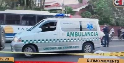 Ambulancia de contramano arrolla y mata a una mujer