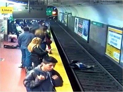 Mujer cae a vías del subte, pero se salva de terrible accidente