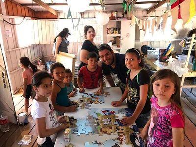 Una mano juvenil extiende su ayuda a la hundida educación escolar