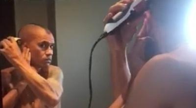 Mirá cómo se hace su peinadito el pelotero Otalvaro (video)
