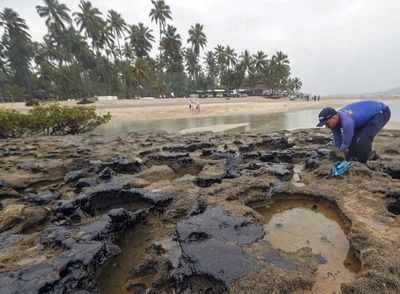El petróleo mancha paradisíacas playas de Brasil