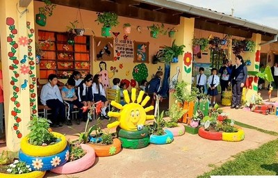 Hermosean jardín de escuela luqueña con materiales reciclados •