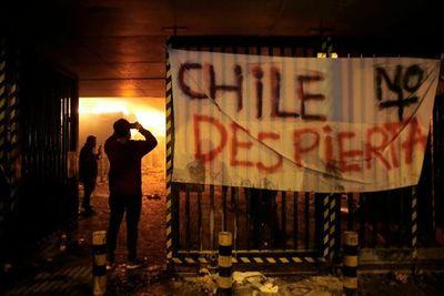 Santiago, bajo estado de emergencia tras un viernes de furia