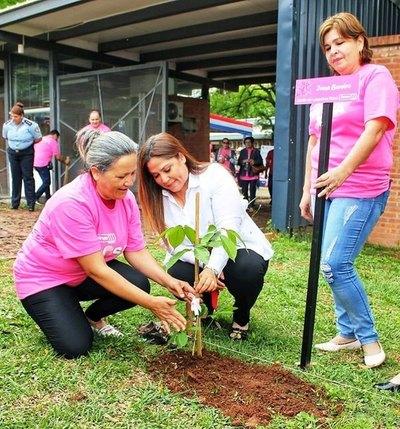 Conmemoran el Día Mundial de la Lucha contra el Cáncer de Mama con plantación de arbolitos