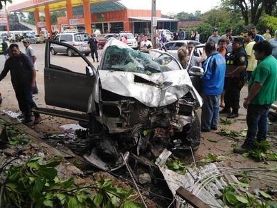 Conductor se desvanece en su volante y produce grave accidente en Laurelty •