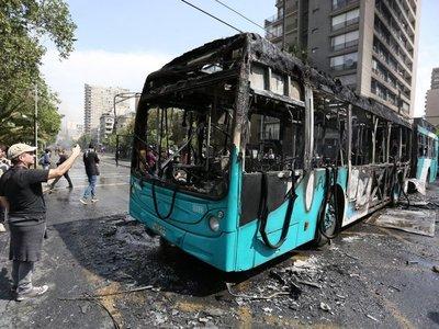 Buses quemados y cacerolazos en nuevos disturbios en Chile