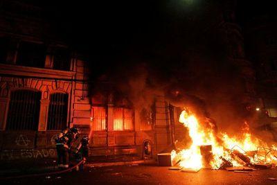 Manifestantes incendian edificio de diario más antiguo en  circulación en Chile