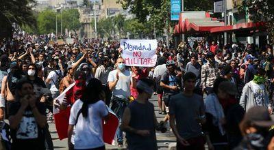 Las protestas sociales   y saqueos asuelan Chile