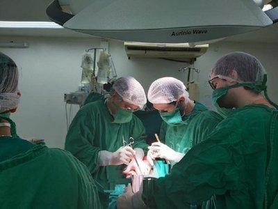 Ministro de Salud elogia labor médica en primer trasplante HLA