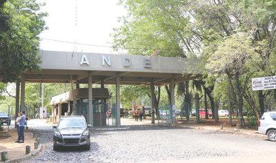 Trabajadores de ANDE protestan por recorte de presupuesto