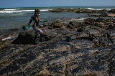 """Brasil: Equipo juega con ropa """"manchada"""" de petróleo, denunciando contaminación"""