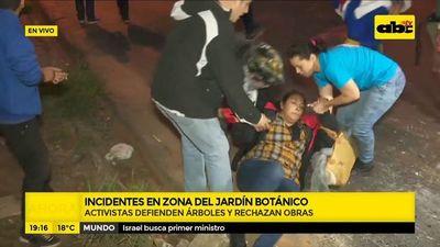 Activistas derriban parte del vallado de obras en Jardín Botánico