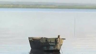 Dejó un dineral en su moto, entró al lago y ahora buscan su cuerpo