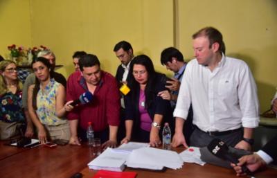 HOY / En la comisaría aprueban la  intervención de Lambaré: la  turba aterrorizó a concejales