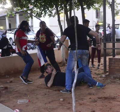 Disturbios y agresiones al término de la sesión de la Junta de Lambaré