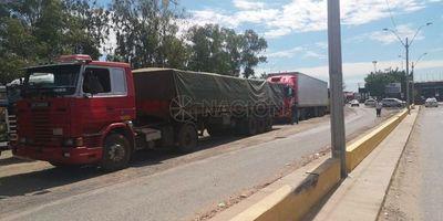 Camiones paraguayos varados en la frontera con Clorinda