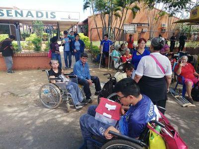 En sillas de ruedas y muletas, usuarios del Senadis reclaman mejor atención