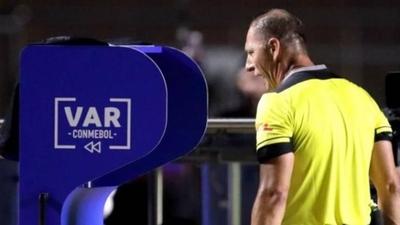 HOY / La IFAB quiere mejorar la comunicación de las decisiones del VAR