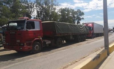 HOY / Camiones paraguayos, varados en Clorinda y Puerto Falcón debido a protesta de productores