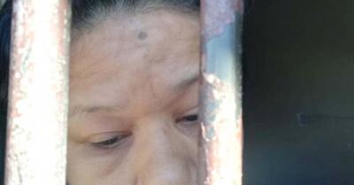 Mamá de reclusa denuncia que le torturan a la hija