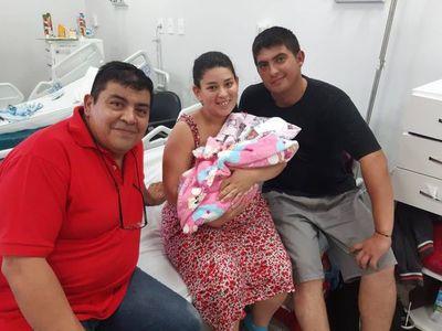 Chofer de MUV ayuda a dar a luz a una bebé