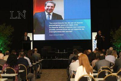 Referente de la Banca Ética compartió sus experiencias