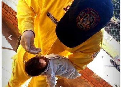 Bebé moribundo, volvió a reaccionar al ser bautizado por un bombero