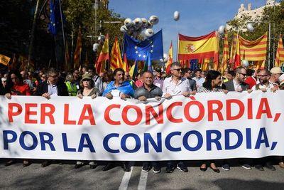 Los antiindependentistas muestran su hartazgo tras violencia en Cataluña