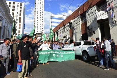 Campesinos se movilizan en todo el país. Ratifican que cerrarán rutas y Acevedo, que la Policía las despejará