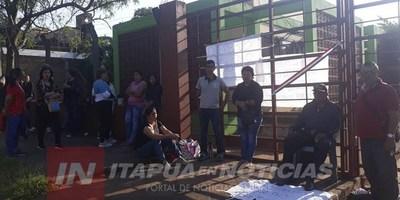 MANIFESTANTES BLOQUEAN ACCESO A LA DIRECCIÓN DE EDUCACIÓN DE ENCARNACIÓN