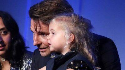 Bradley Cooper hace una rara aparición en público junto a su hija